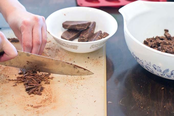 Chopping seeding chocolate