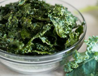Learn how to make homemade kale chips in the oven and in the microwave and find out which option is best.